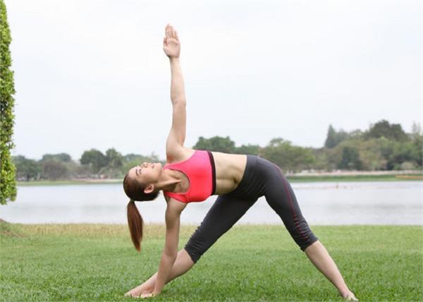 माइग्रेन-मोटापा जैसी 10 बीमारियों का काल है त्रिकोणासन, जानें करने का सही तरीका