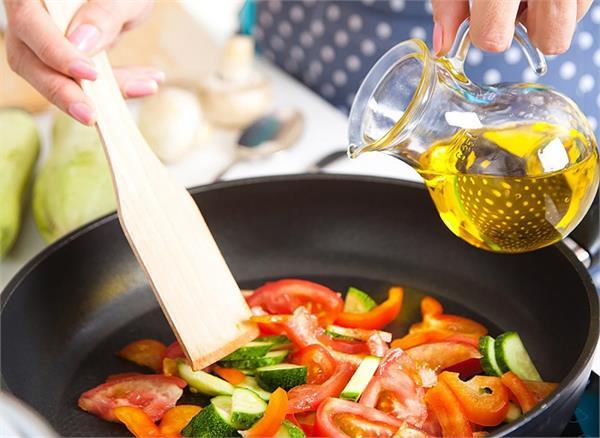 सेहत खराब करता है रिफाइंड ऑयल, जानें खाना बनाने के लिए कौन-सा तेल है बेस्ट