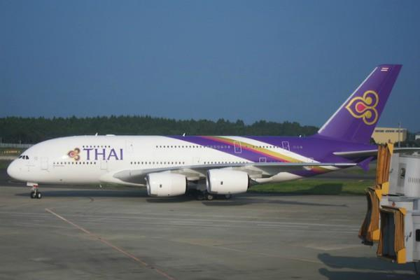 thai airways plane hit a guard light at mumbai airport
