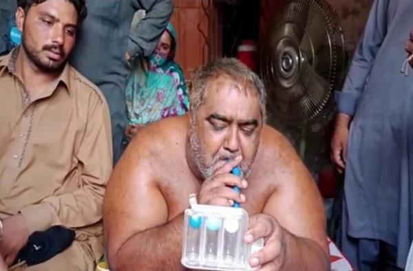 video pakistan s heaviest man shifted to hospital for treatment