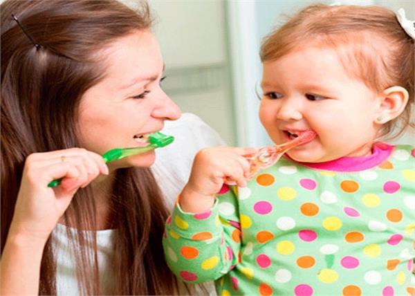 पहली बार बच्चों को ब्रश करवा रहें है तो रखें इन 9 बातों का ध्यान