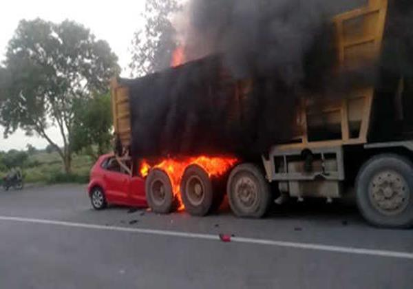 a fire in the car by colliding with a dump burn the youth alive