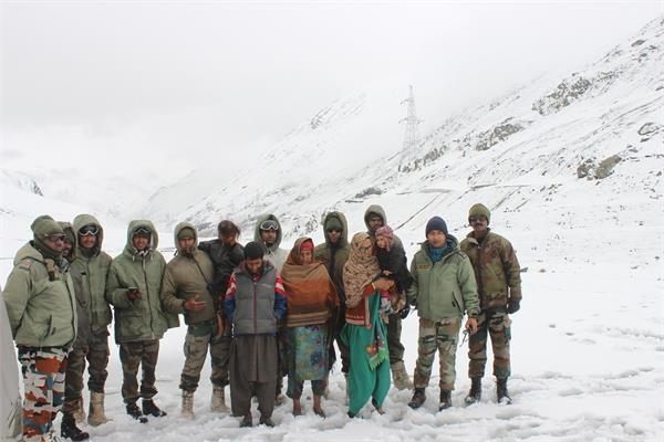 army rescued two families who came under snow in drass