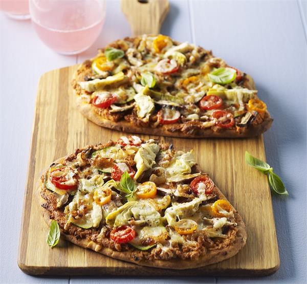 गर्मियों में बच्चों का बनाना सिखाएं नान ब्रेड पिज्जा