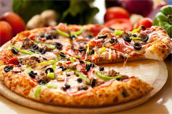 घर पर बनाकर खाएं Yummy And Delicious Farm House Pizza