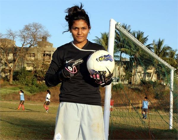 इंग्लिश क्लब में फुटबॉल खेलने वाली पहली महिला है अदिति चौहान, लड़कियों को देती हैं फ्री ट्रेनिंग