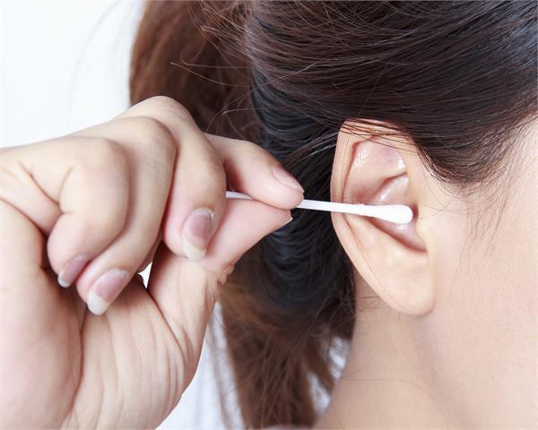 पिन या माचिस से नहीं, यूं साफ करें कान में जमी मैल