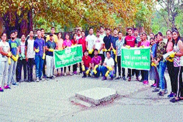 students take initiative to clean the city s dirt