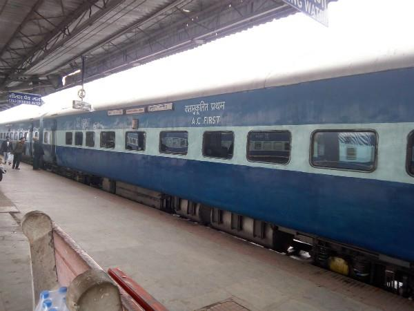 wake up smoke in sapt kranti express coming to delhi all passengers safe