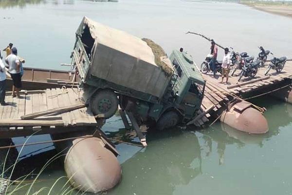 army truck trapped in ravi darya due to breakdown of pantoon bridge