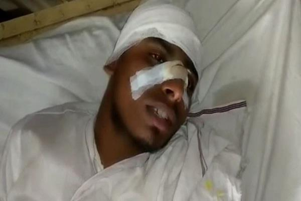 people beaten teacher badly in a doubt of mobile theft