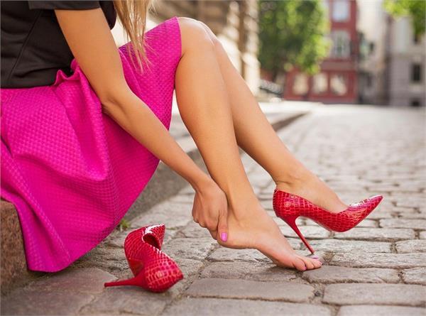 लगातार रहते पैरों के दर्द को ना करें इग्नोर, बिना दवा करें नैचुरल इलाज