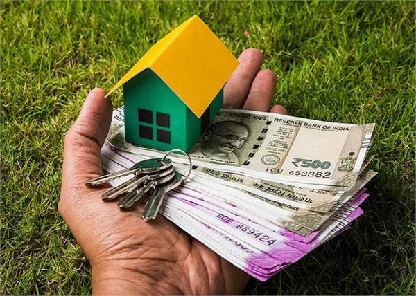 Home Tips: पैसों की रहती है तंगी तो मुख्य द्वार पर लगाएं ये चीजें