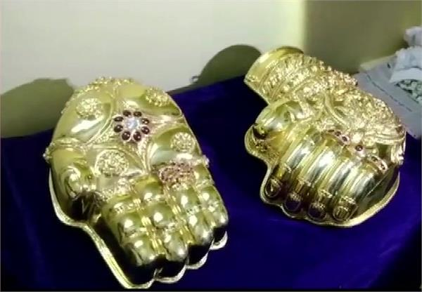 in the tirupati balaji temple the trader gave two hands of gold donated