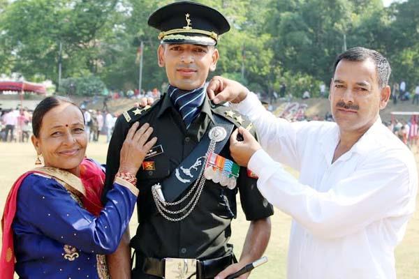 prakarm chauhan became lieutenant in army