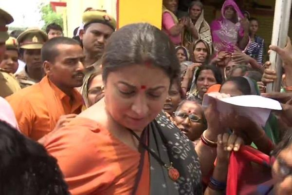 when a woman lying down on the feet smriti irani placed her lap on the stage