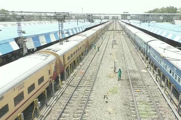 death of four passengers in a moving train