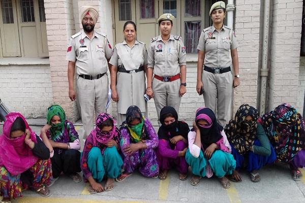 female thieves gang arrested