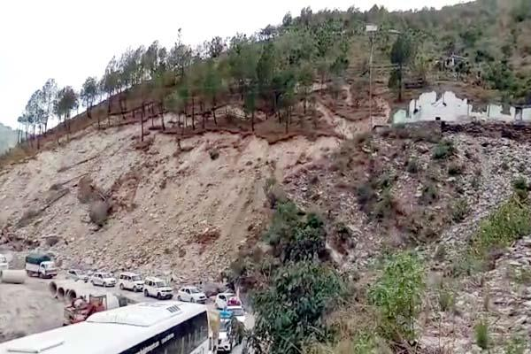 cracks in on chandigarh manali nh