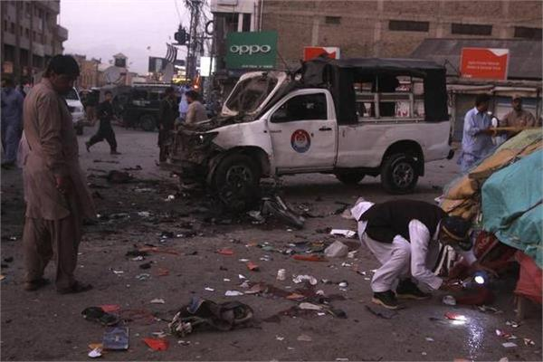 5 killed 38 injured in blast targeting police vehicle in pakistan