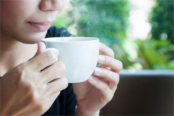 अगर आप भी है गर्म चाय-कॉफी पीने के शौकीन तो पहले जान लें इसके नुकसान