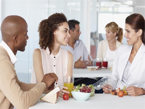 साथ खाना खाने वाला सहकर्मियों को अच्छी प्रोडक्टिविटी के साथ मिलते है यह फायदे