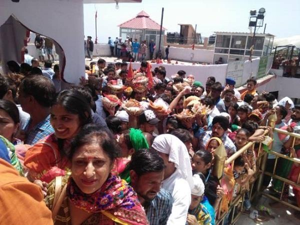 crowds of devotees went beyond the flyover at naina devi