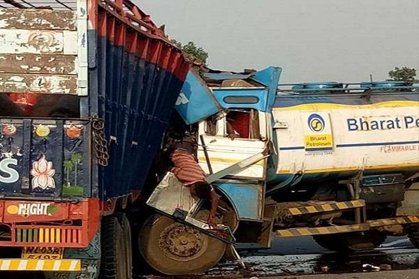 road accident huge collision in oil tanker and truck killing two people