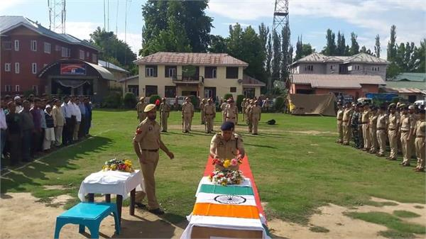 tribute paid to martyr constable farooq ahmad