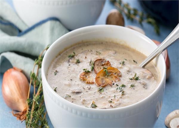 बारिश के मौसम का मजा दोगुना करेगा हैल्दी एंड क्रीमी मशरुम सूप