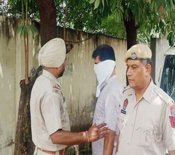 police constable drug smuggler arrested from delhi airport