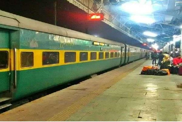 garib rath express again looted in the train beaten by woman