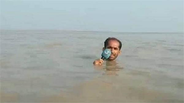 pakistani reporter stands in neck deep water to cover floods