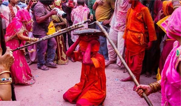 laththamar of mathura wants to comfortably see holi sitting