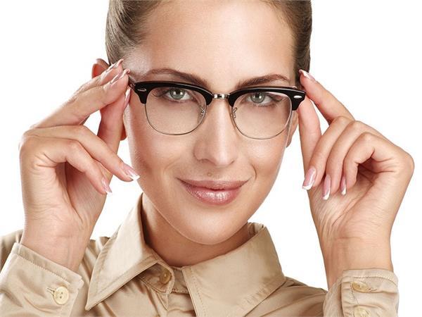 आंखों के आस-पास पड़े चश्मे के निशान हटाने के बेस्ट तरीके