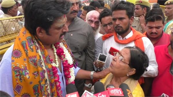 mp ravi kishan had to help the elderly woman
