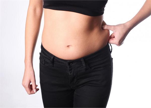 इन वजहों से बढ़ता है महिलाओं का पेट, जाने कारण और उपचार