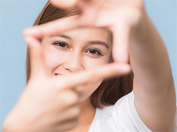 आंखों को स्वस्थ रखना है तो डाइट में जरूर शामिल करें ये 6 फूड्स