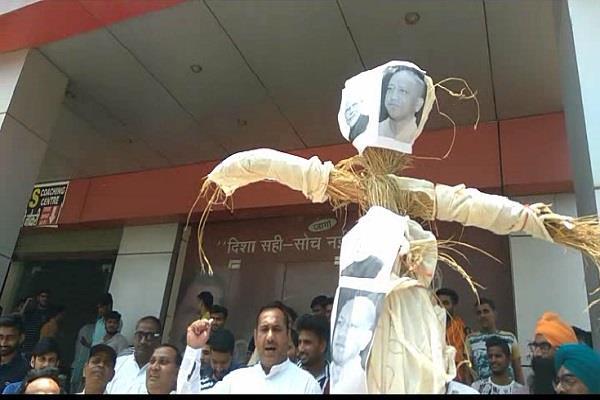 congress wins modi priyanka gandhi s effigy slogans of mudabad
