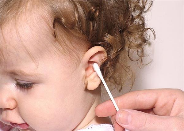 नवजात के कान साफ करने का सही तरीका