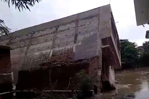 3 storey house collapsed due to flood
