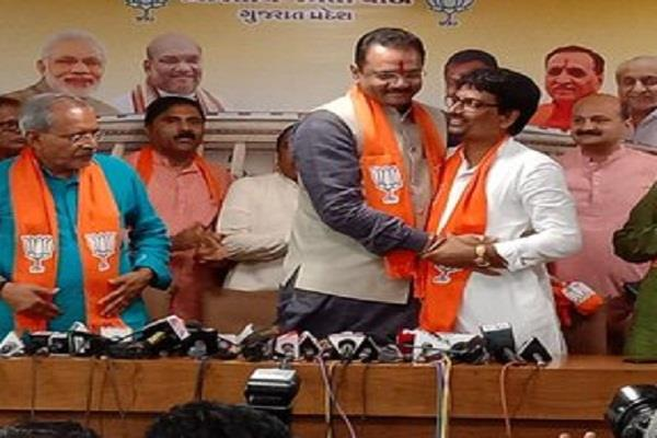 gujarat congress shocks alpesh thakor joins bjp