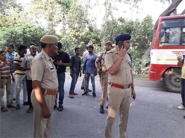 sambhal attacking police van