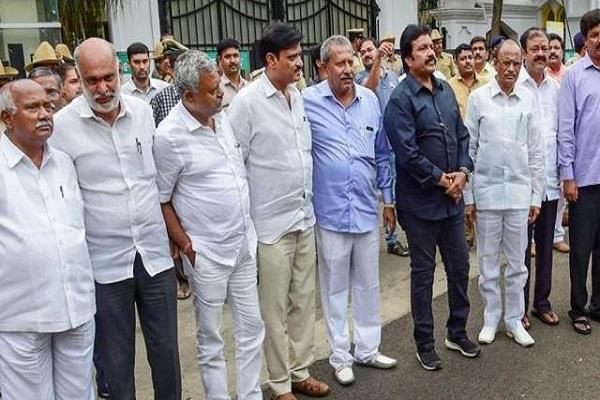 the rebel mla of karnataka can remain absent during the trust vote