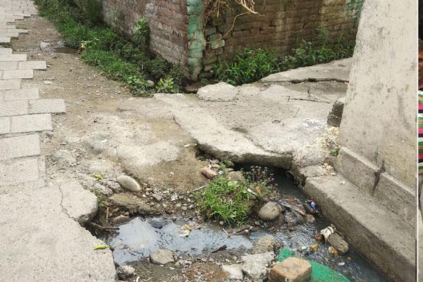 people protest against poor condition of lane and drains in kathua