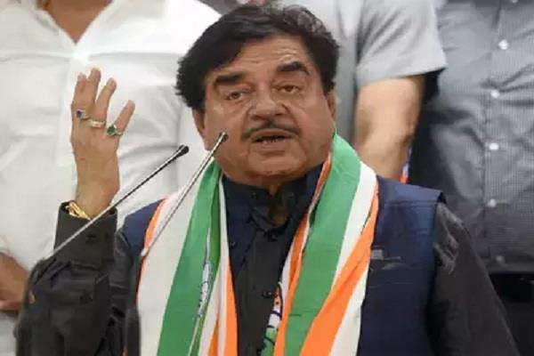 priyanka looks like indira gandhi should be party president