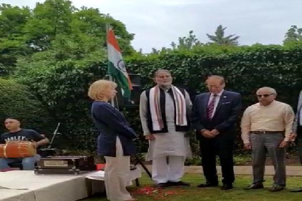 ram bilas sharma hoisted national flag of india in london