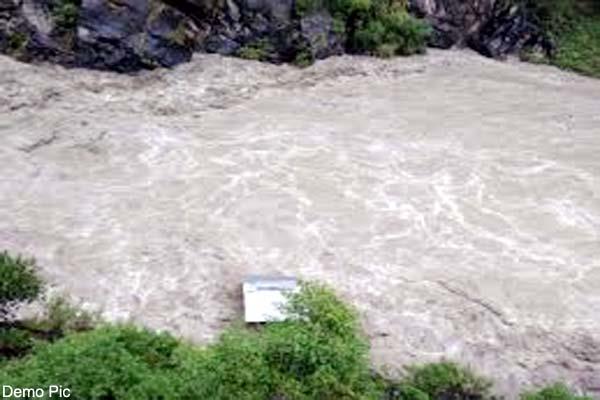 woman jump in ravi river