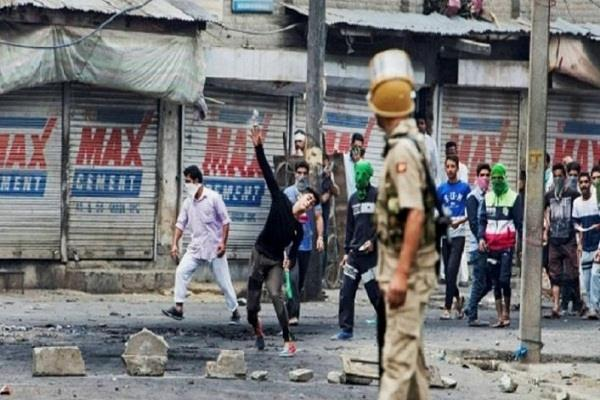 local truck driver killed in stone pelting in south kashmir