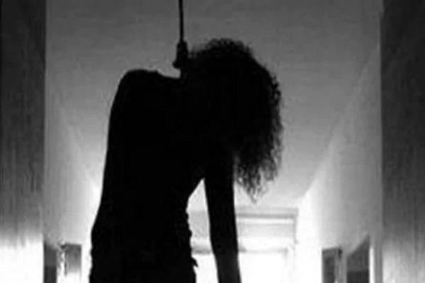 the girl who is crying is hanging from the trap